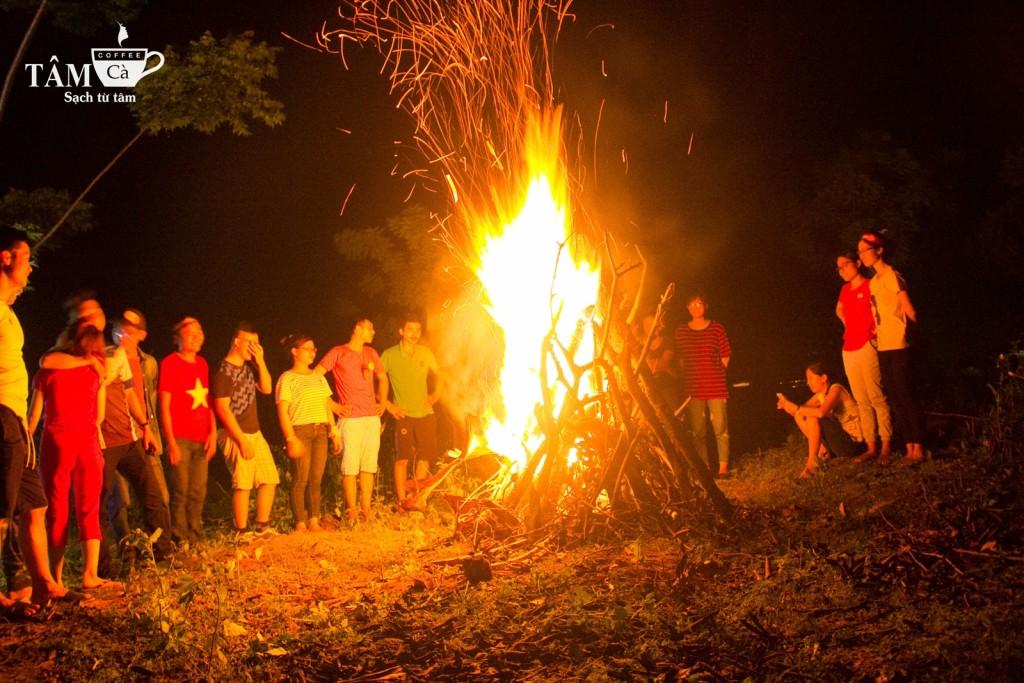 Quây quần bên đống lửa