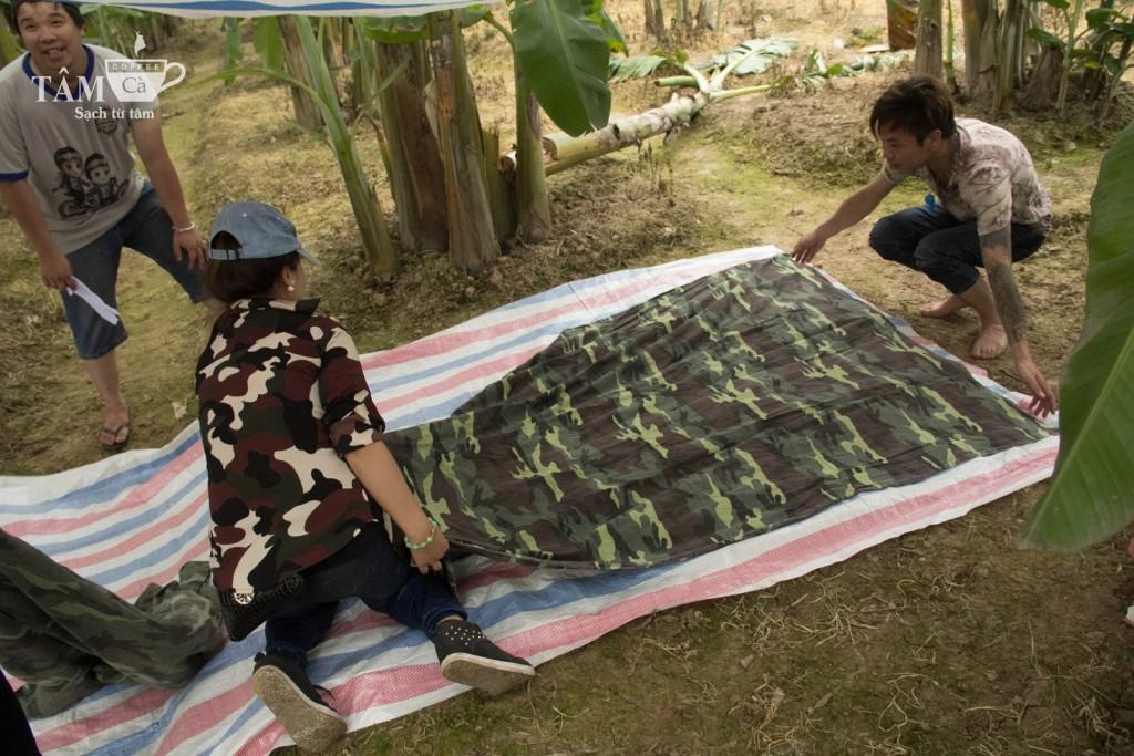 Gia đình Hoa Phượng đang chuẩn bị trại của mình