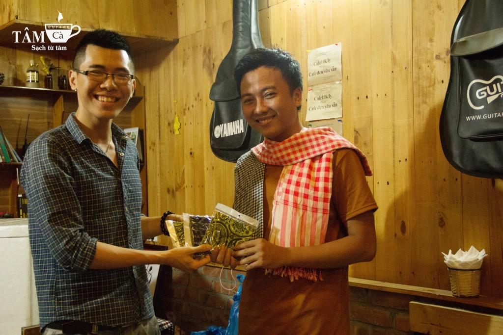 Trại chủ trao giải cho đại diện gia đình Phá Game